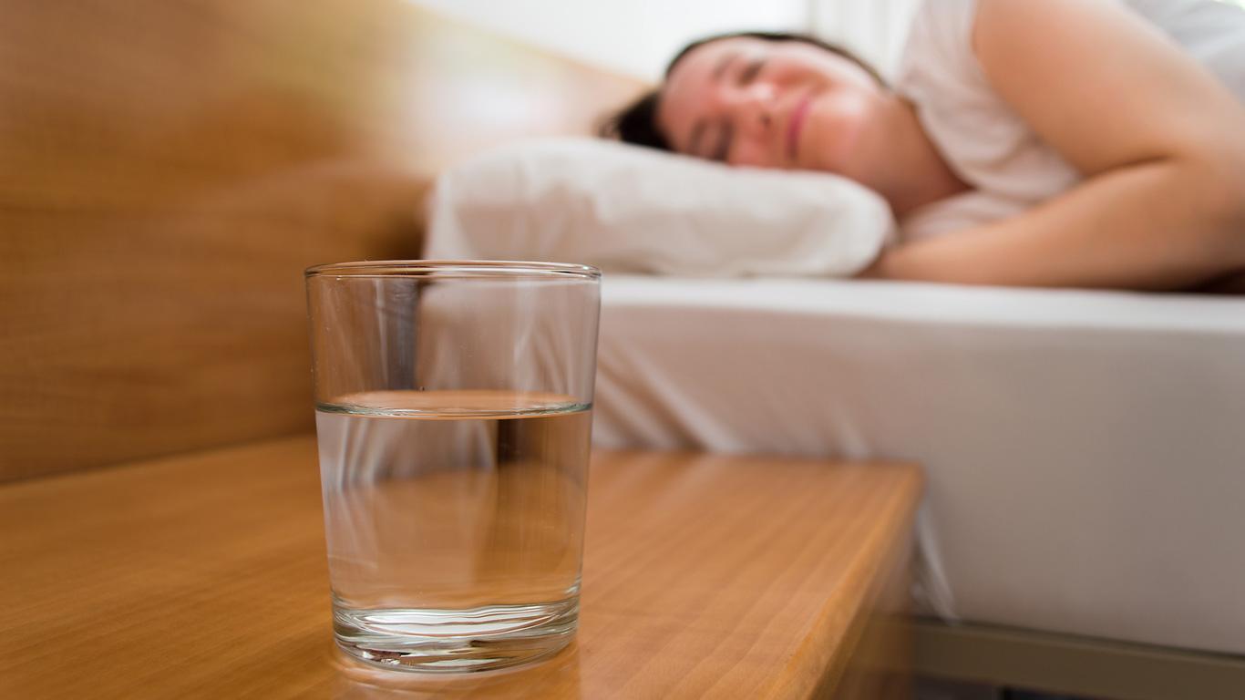 Tipp 9: Wasser vor dem Einschlafen